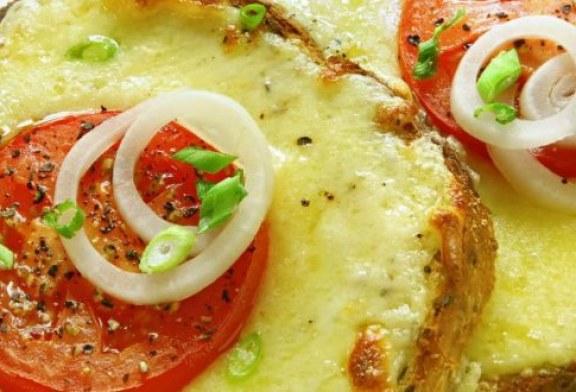 التوست المحشي بالبصل والطماطم والجبن