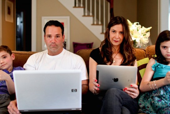 التكنولوجيا العصرية حطمت السعادة الأسرية